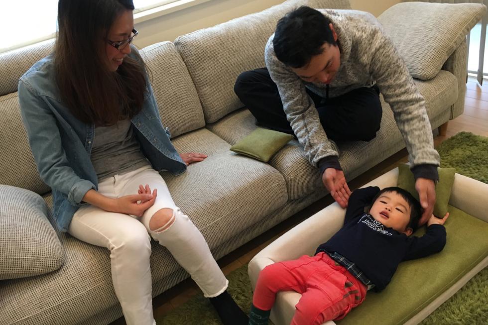 小さな子供と一緒に過ごせるソファ