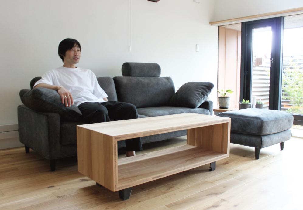 クールなデザインでもゆったり寝転がれるソファ